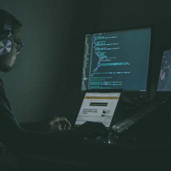 jefferson santos 9SoCnyQmkzI unsplash 560x560 - Penipuan Cyber:Apa Penyelesaian?